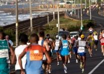 二つの大海沿いのタフなコースで争われる ツーオーシャンズ・マラソン