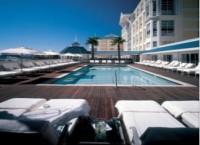 テーブルベイホテルに地球に優しいミネラルウォーターのスイミングプールがオープン!